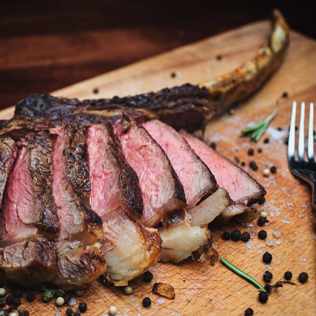 Готовый стейк из мраморной говядины ПраймБиф